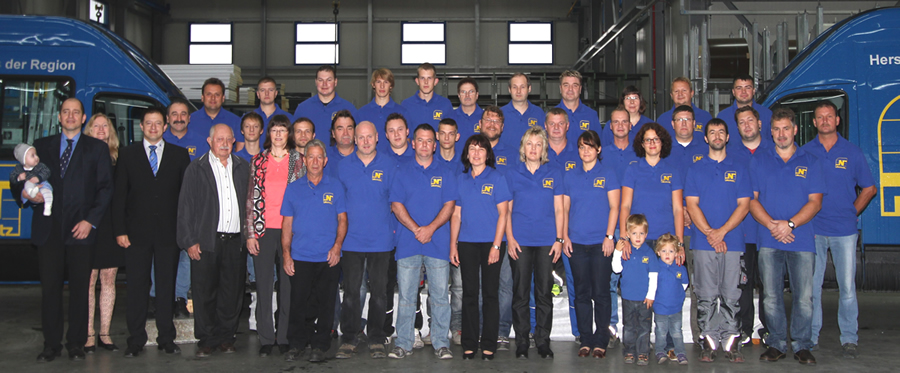 Group photo of employees of Niemetz Torsysteme GmbH